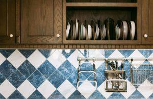polki i szafki w malej kuchni 300x194 Jak wybrać meble na wymiar do małej kuchni? Praktyczny poradnik