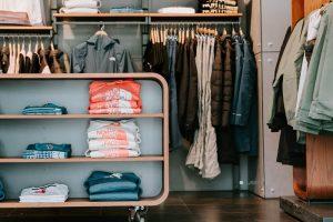 jak zaplanowac garderobe na strychu 300x200 7 sposobów na funkcjonalną garderobę na wymiar na poddaszu