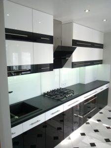 bialo czarne meble nowoczesne do kuchni 225x300 4 pomysły na aranżację mebli na wymiar w nowoczesnej kuchni