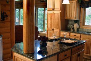 blat marmurowy w kuchni angielskiej 300x200 Kuchnia w stylu angielskim, czyli pomysły na eleganckie meble kuchenne