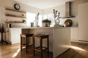 nowoczesne meble kuchenne z wyspa 300x200 4 pomysły na aranżację mebli na wymiar w nowoczesnej kuchni
