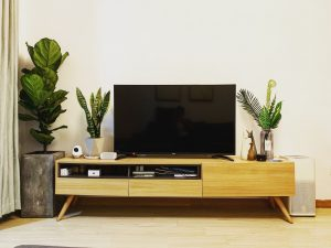 szafka pod telewizor stojaca 300x225 Szafka pod telewizor na wymiar – wisząca czy stojąca? Doradzamy, jak wybrać idealną szafkę RTV