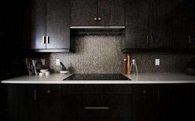 ciemne meble do kuchni na wymiar 1 400x250 Artykuły