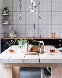 industrialna kuchnia na wymiar z czarnymi frontami 238x300 Kuchnia na wymiar w stylu industrialnym   5 pomysłów na aranżację
