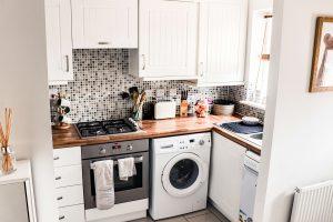 szafki kuchenne na zamowienie male mieszkanie 300x200 Jaki układ szafek kuchennych na wymiar sprawdzi się najlepiej w kawalerce?